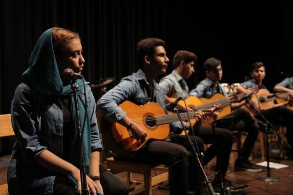آموزشگاه-موسیقی-آذرنگ-آموزش-گیتار